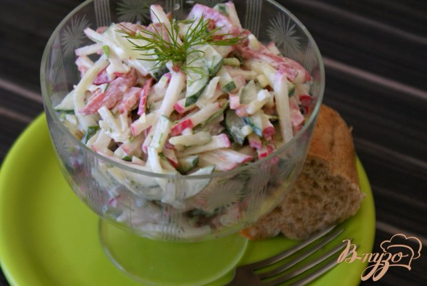 Салат с копченой колбасой со сметанной заправкой