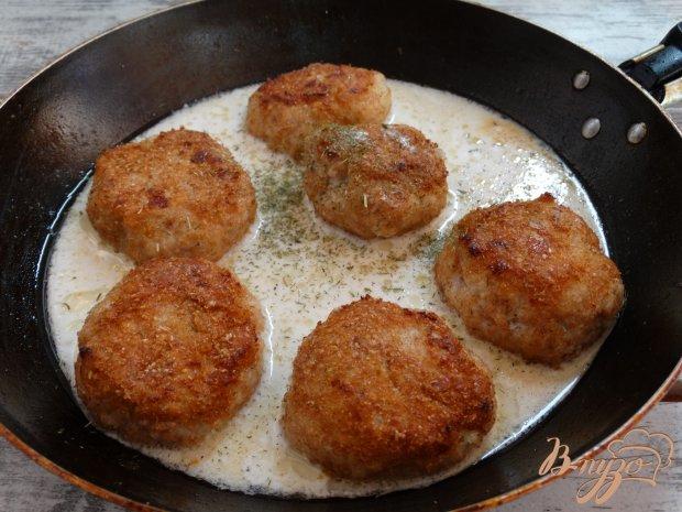 Куриные тефтели с овсянкой в сметанно-имбирном соусе