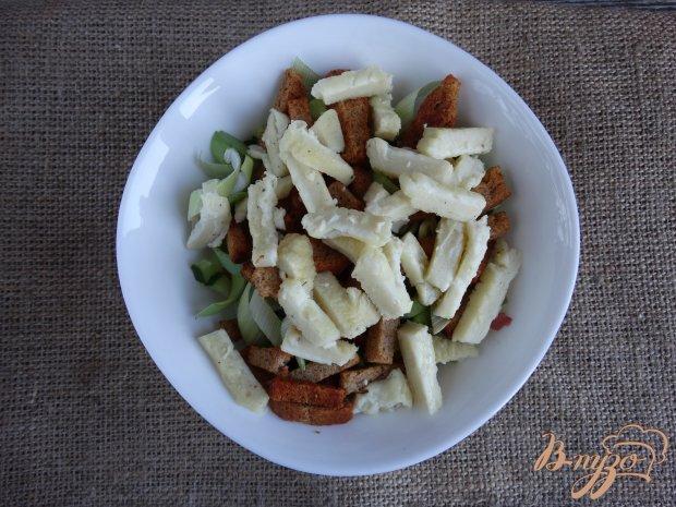 Салат с копченой колбасой сухариками и омлетом