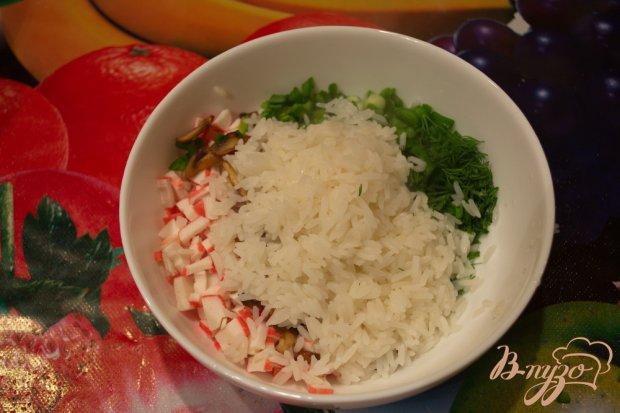 Салат с крабовыми, рисом и грибами