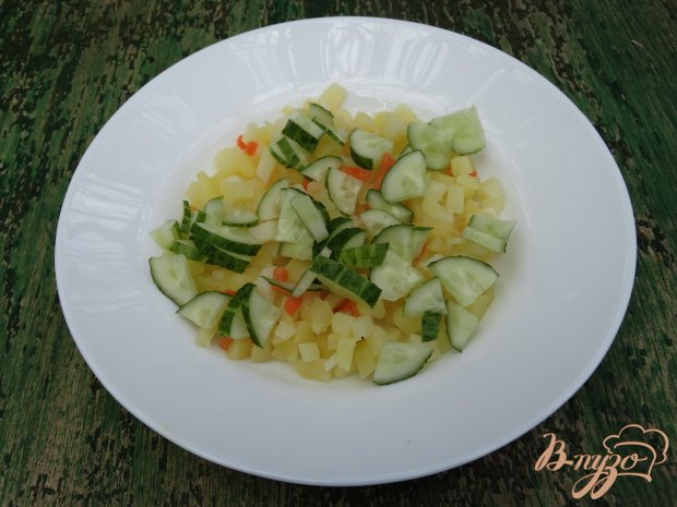 Салат с копченым кальмаром и перепелиными яйцами