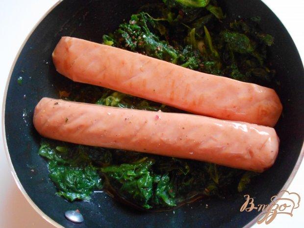 Яичница со шпинатом и сосисками