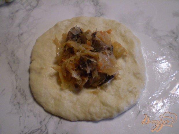 Пирожки с жареными грибами и капустой