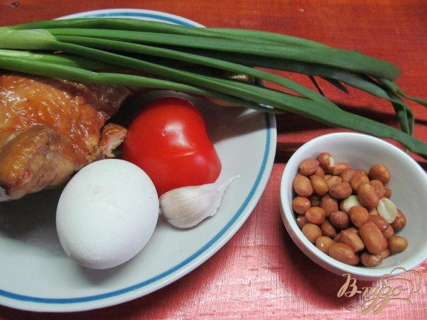 Рецепт Салат и копченной курицы помидора и арахиса