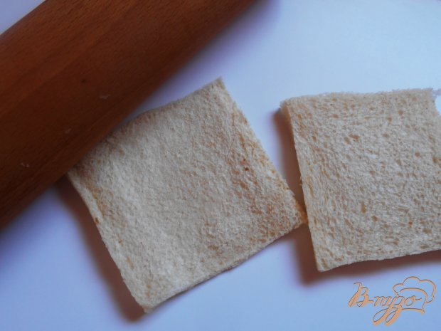 Рыбные пирожки из бутербродного хлеба с соусом песто