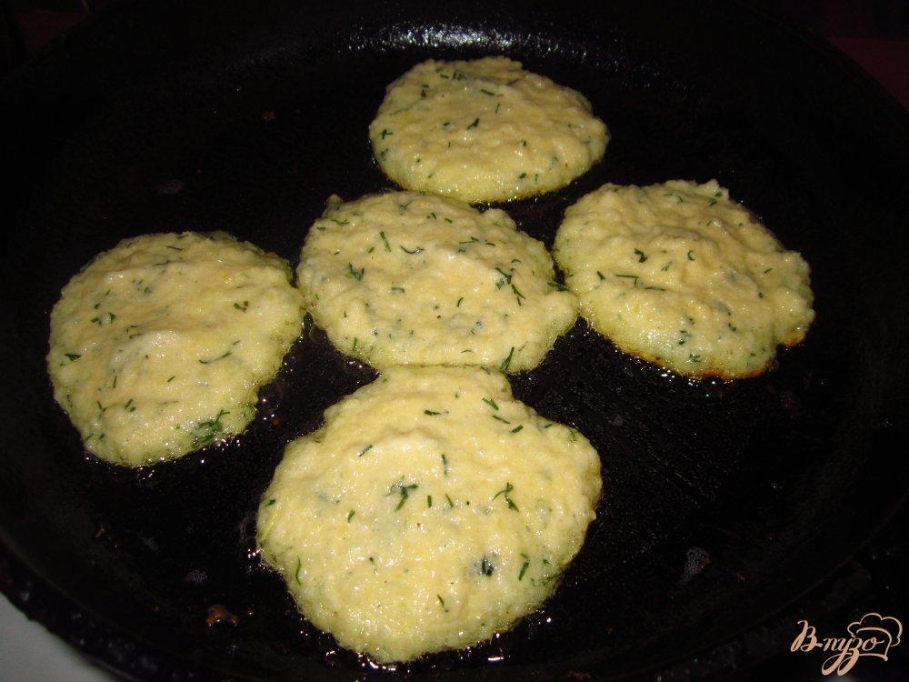 Фото приготовление рецепта: Драники с чесноком и укропом шаг №3