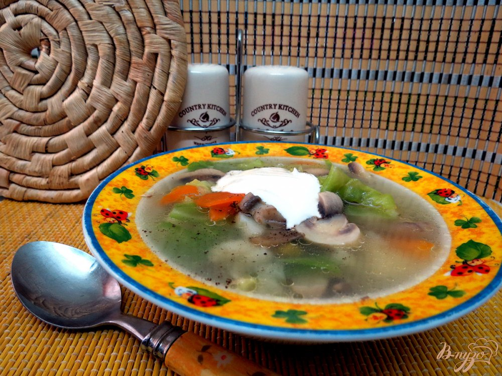 Фото приготовление рецепта: Суп овощной со свежей капустой и грибами шаг №9