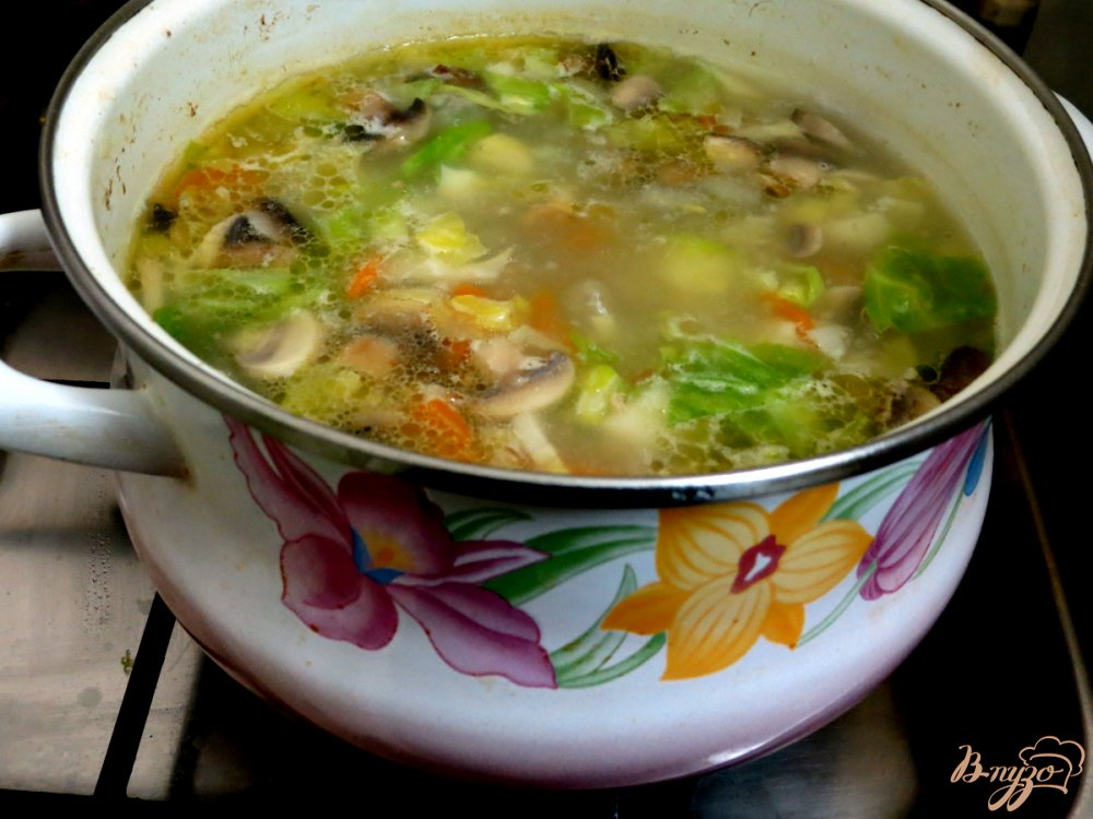 Фото приготовление рецепта: Суп овощной со свежей капустой и грибами шаг №8