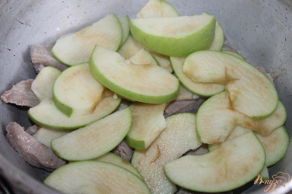 Фото приготовление рецепта: Тушенная свинина с зеленым яблоком и соевым соусом шаг №5