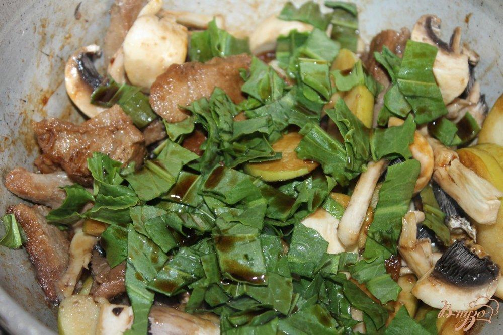 Фото приготовление рецепта: Тушенная свинина с зеленым яблоком и соевым соусом шаг №7