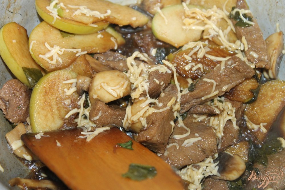 Фото приготовление рецепта: Тушенная свинина с зеленым яблоком и соевым соусом шаг №8