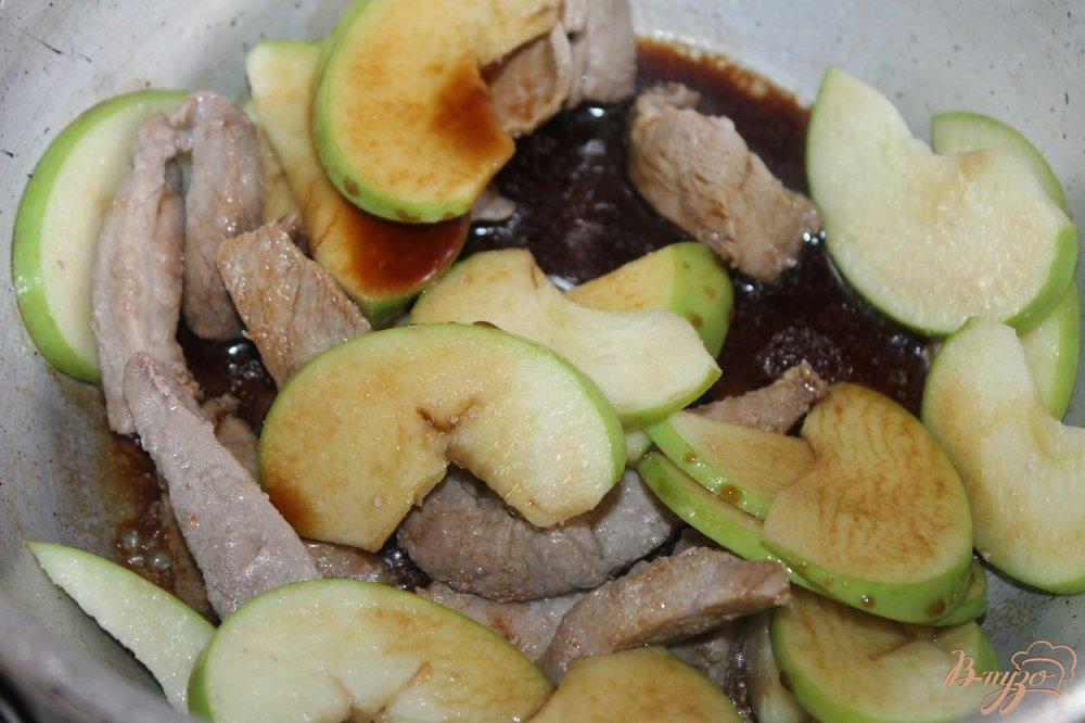Фото приготовление рецепта: Тушенная свинина с зеленым яблоком и соевым соусом шаг №6