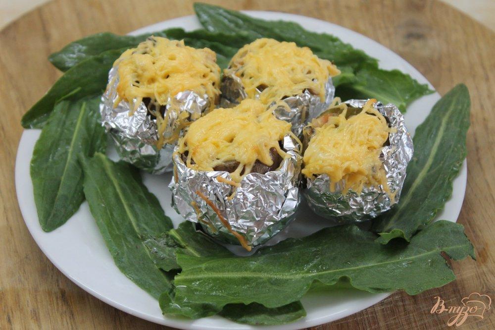Фото приготовление рецепта: Картофель с колбасно - грибной начинкой под сыром шаг №8