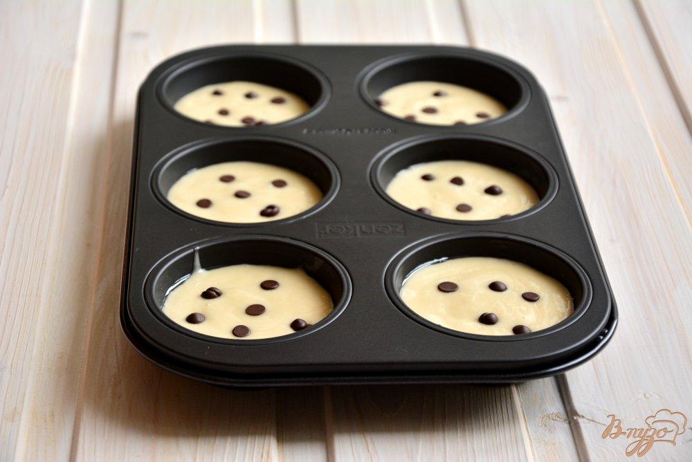 Фото приготовление рецепта: Постные медовые кексы с шоколадными каплями шаг №5