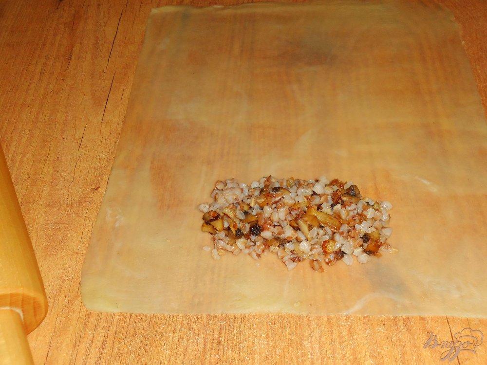 Фото приготовление рецепта: Постные хрустящие пирожки с гречкой и грибами шаг №6