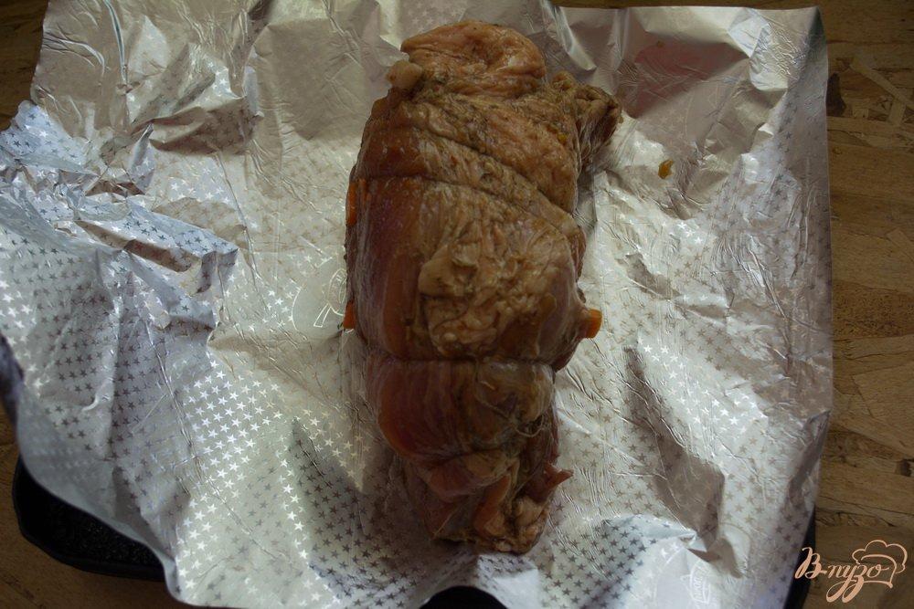 Фото приготовление рецепта: Домашняя буженина, запеченая в фольге шаг №5