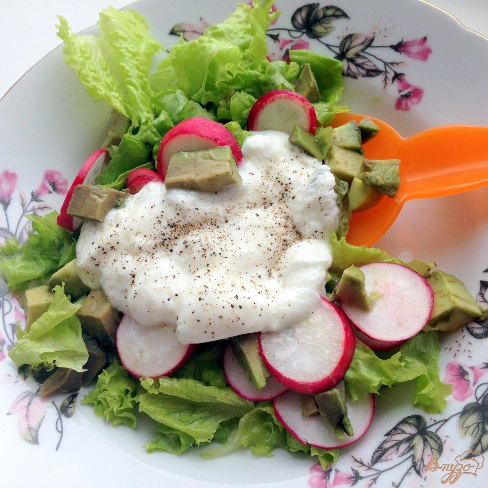 Фото приготовление рецепта: Салат с авокадо и редисом шаг №4