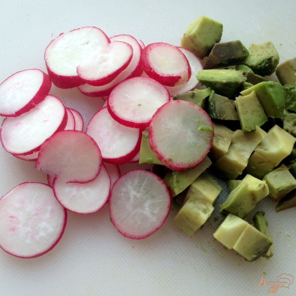 Фото приготовление рецепта: Салат с авокадо и редисом шаг №2