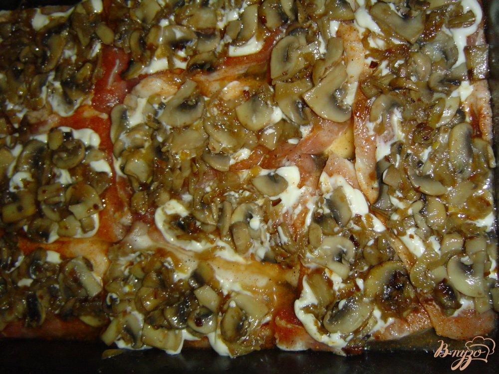Фото приготовление рецепта: Свинина под сырно-грибной шапочкой шаг №4