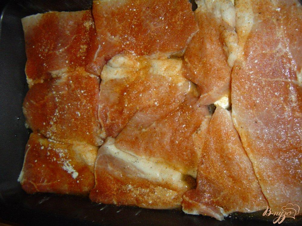 Фото приготовление рецепта: Свинина под сырно-грибной шапочкой шаг №2