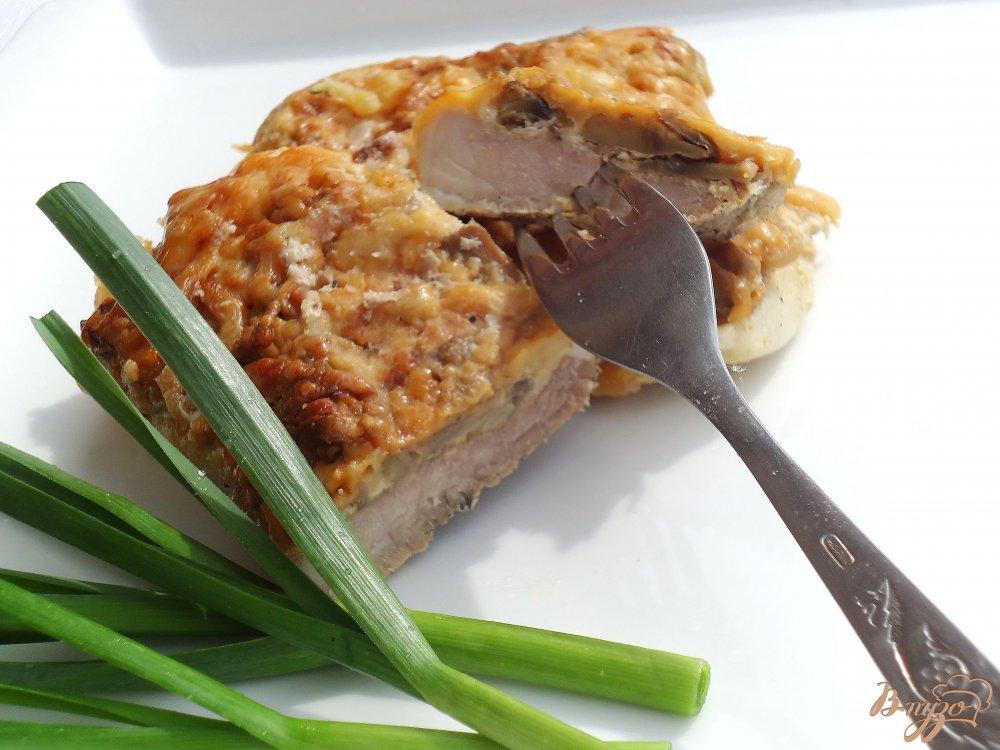 Фото приготовление рецепта: Свинина под сырно-грибной шапочкой шаг №6