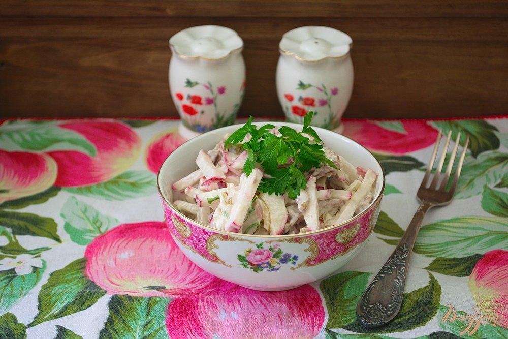 Фото приготовление рецепта: Салат с редисом и мясом шаг №4