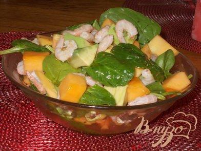 фото рецепта: Салат с креветками, шпинатом и папайей