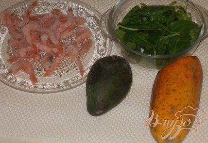 Салат с креветками, шпинатом и папайей
