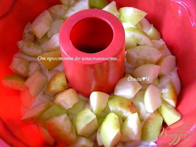 Фото приготовление рецепта: Шарлотка с яблоками шаг №5