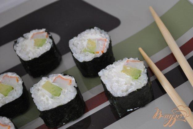 фото рецепта: Роллы с крабовыми палочками и авокадо