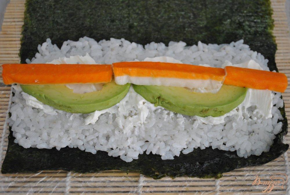 Фото приготовление рецепта: Роллы с крабовыми палочками и авокадо шаг №5