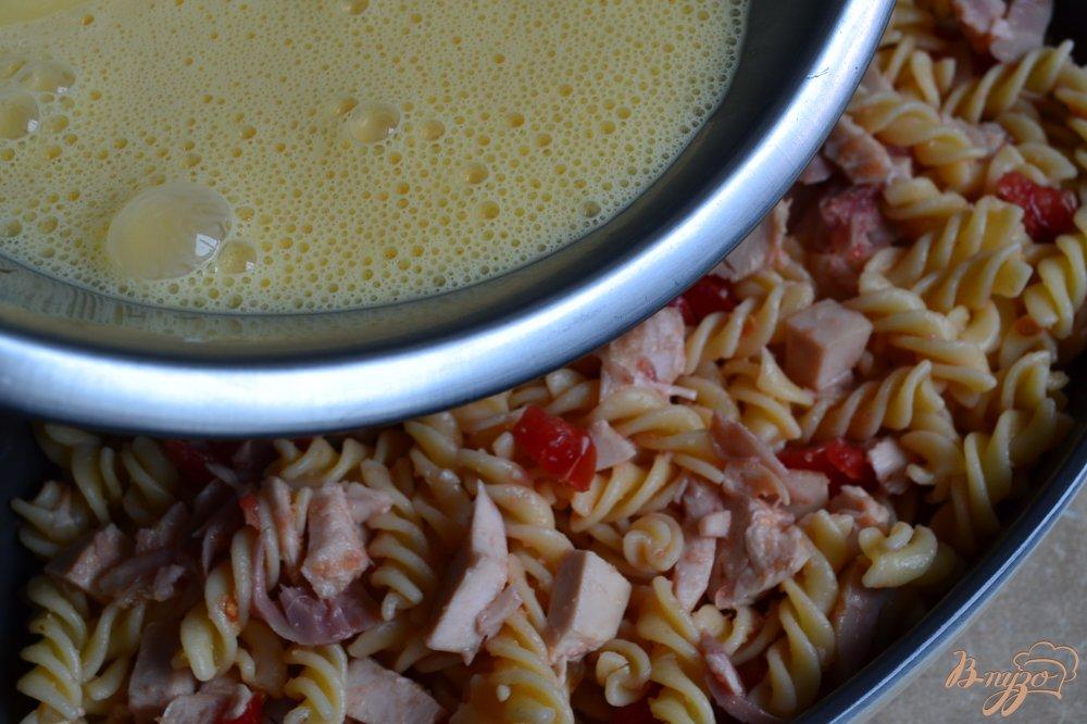 Фото приготовление рецепта: Запеканка из макарон с копченой курицей шаг №5