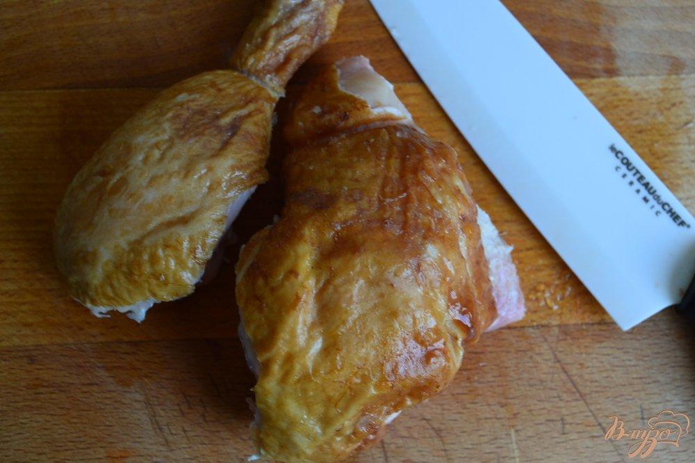 Фото приготовление рецепта: Салат с помидорами,  копченой курицей ,сыром и нутом +соус шаг №4