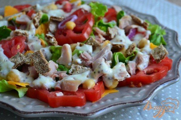 фото рецепта: Салат с помидорами,  копченой курицей ,сыром и нутом +соус