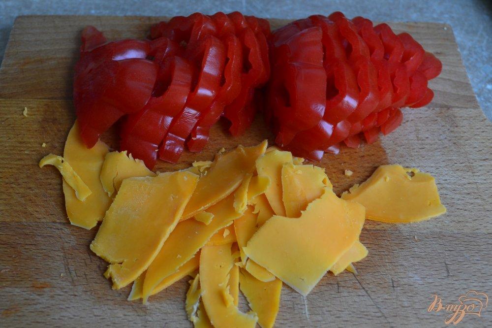 Фото приготовление рецепта: Салат с помидорами,  копченой курицей ,сыром и нутом +соус шаг №1