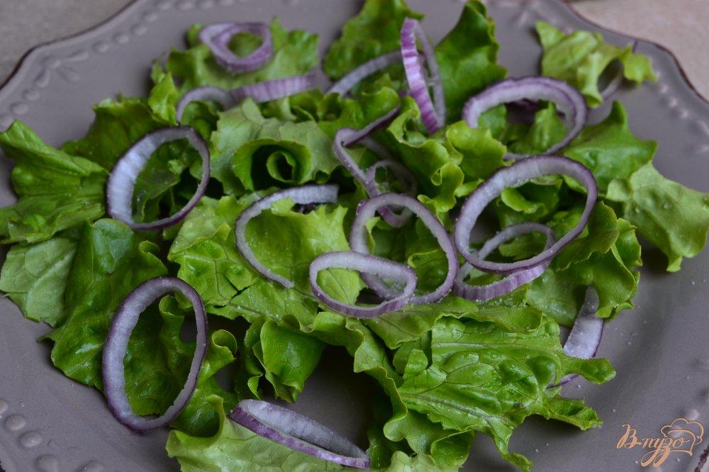 Фото приготовление рецепта: Салат с помидорами,  копченой курицей ,сыром и нутом +соус шаг №2