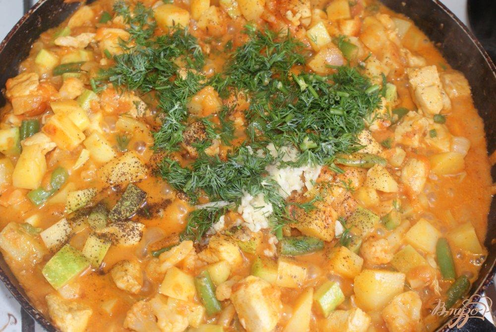 Фото приготовление рецепта: Курица с овощами в томатно-сметанном соусе шаг №15