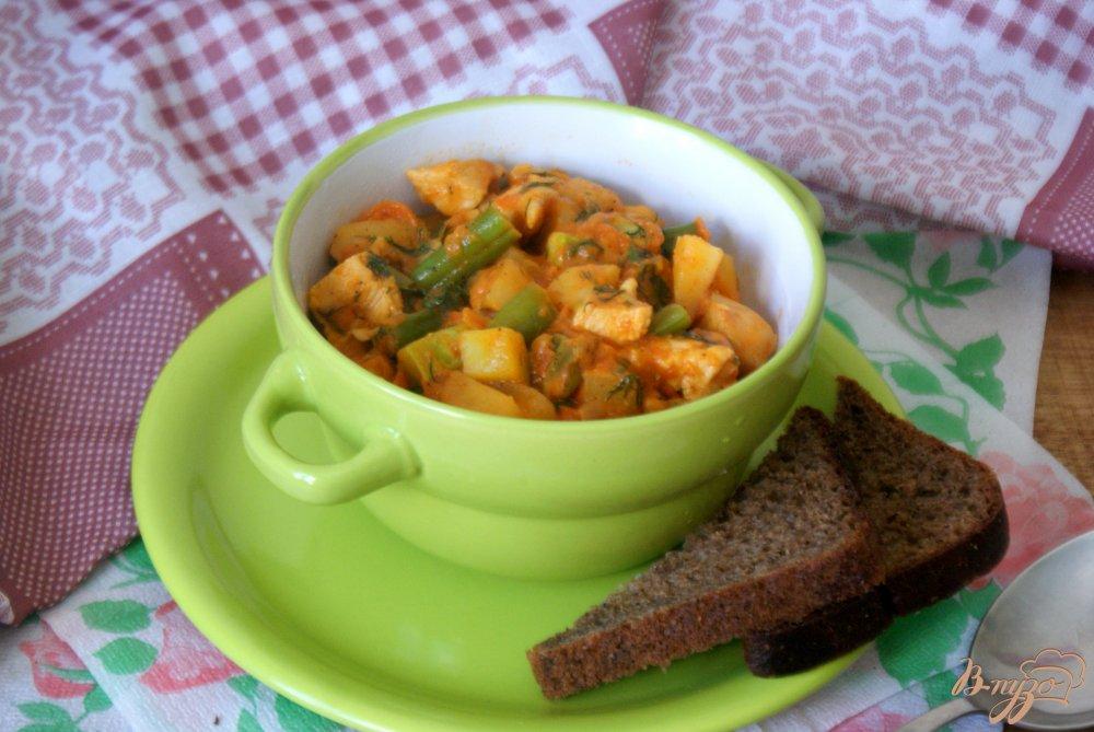 Фото приготовление рецепта: Курица с овощами в томатно-сметанном соусе шаг №16