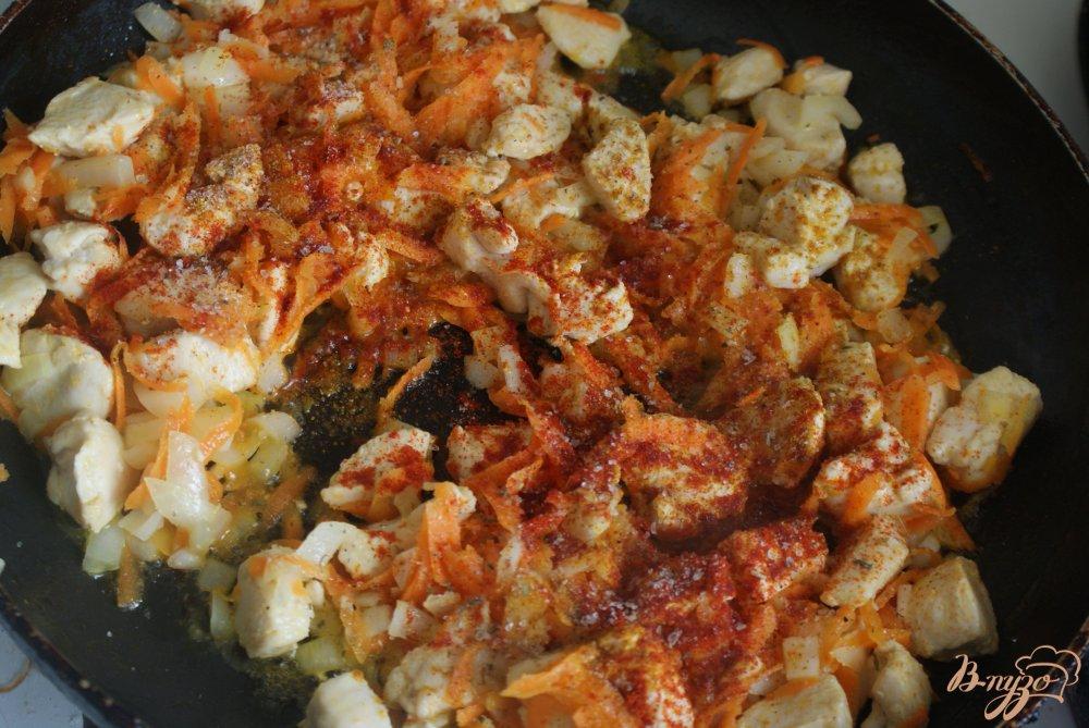 Фото приготовление рецепта: Курица с овощами в томатно-сметанном соусе шаг №10