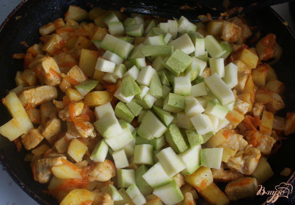Фото приготовление рецепта: Курица с овощами в томатно-сметанном соусе шаг №12