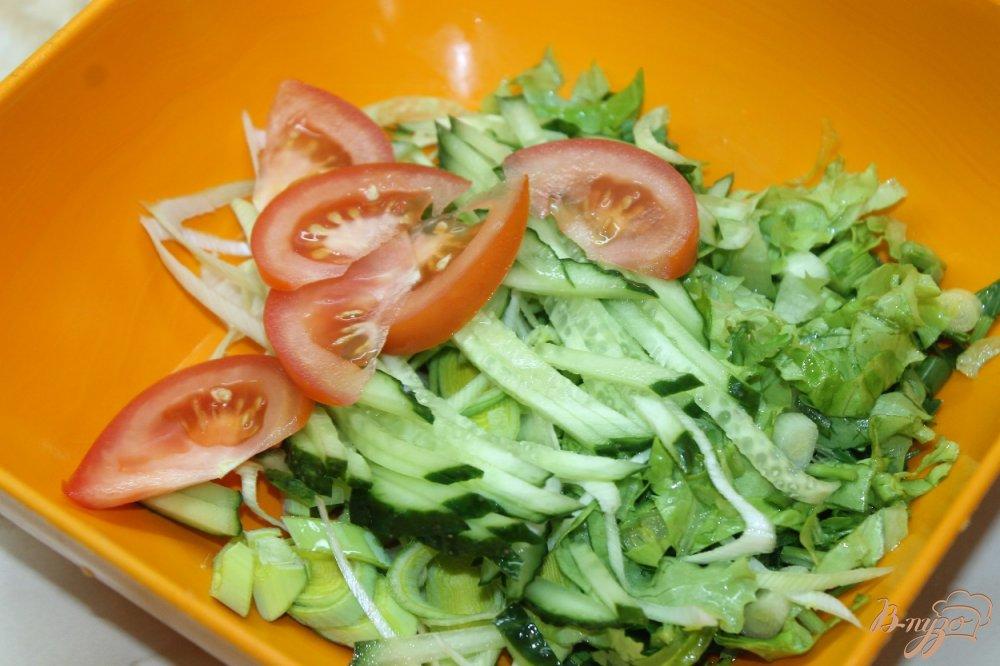 Фото приготовление рецепта: Салат с овощей  и ветчины с луком - пореем шаг №3