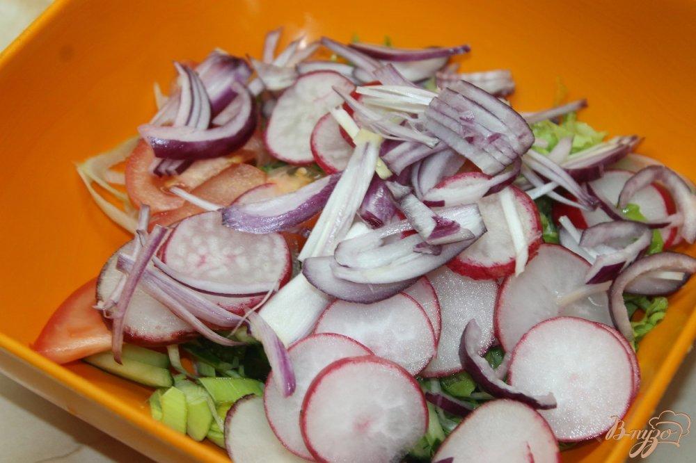 Фото приготовление рецепта: Салат с овощей  и ветчины с луком - пореем шаг №4