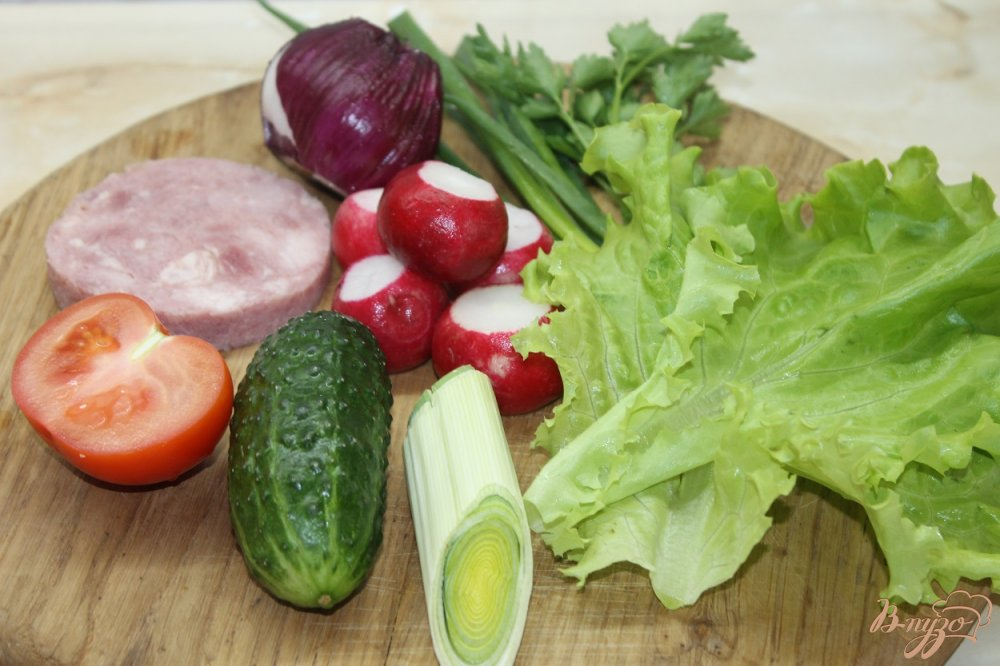 Фото приготовление рецепта: Салат с овощей  и ветчины с луком - пореем шаг №1