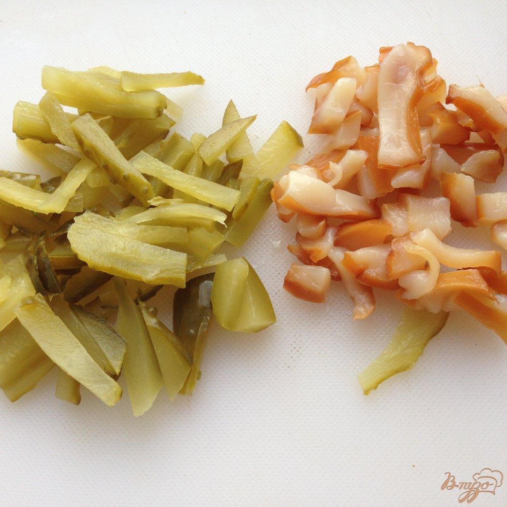 Фото приготовление рецепта: Салат с копчеными кальмарами шаг №3