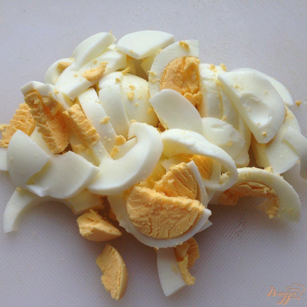 Фото приготовление рецепта: Салат с копчеными кальмарами шаг №4