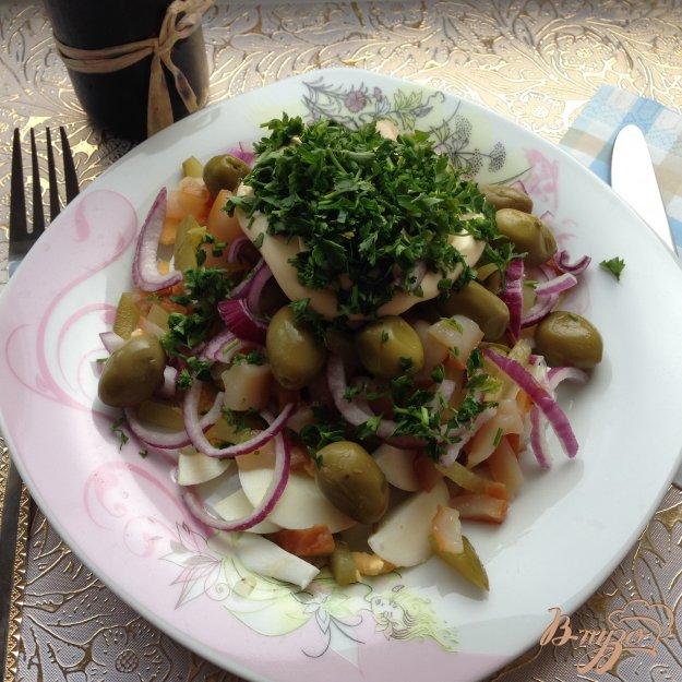 фото рецепта: Салат с копчеными кальмарами