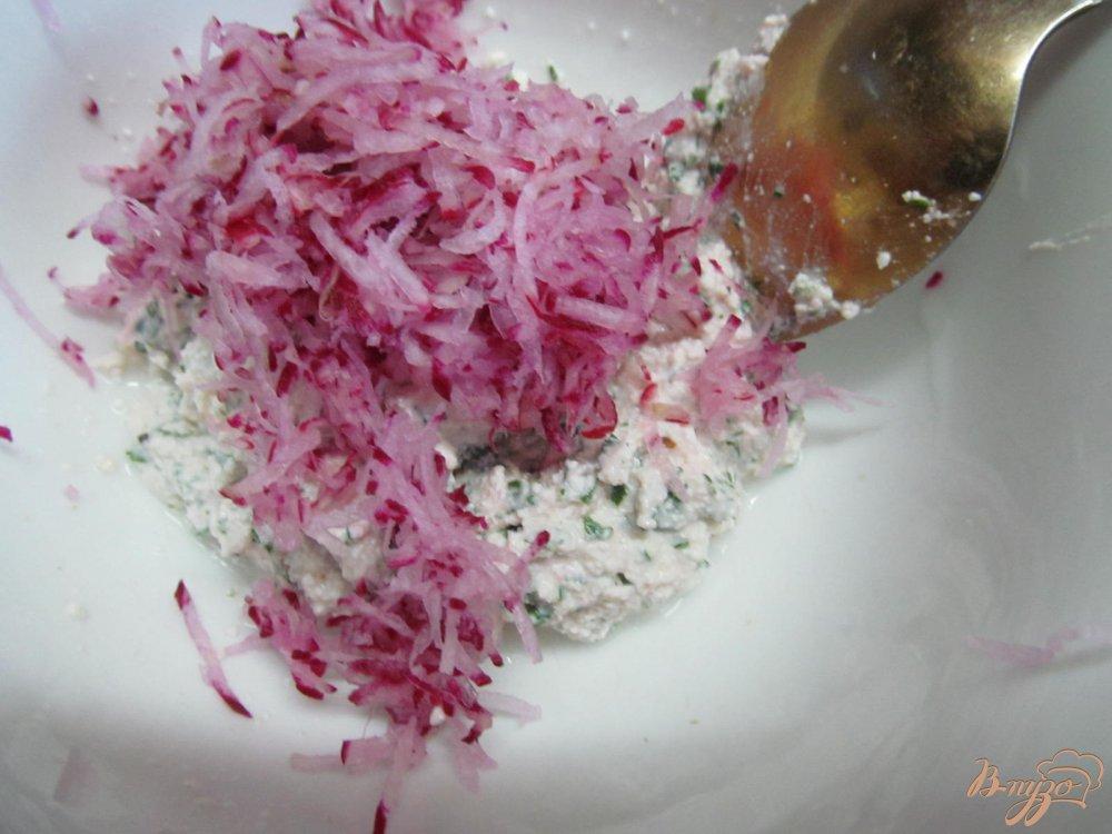 Фото приготовление рецепта: Творожная масса с редисом шаг №4