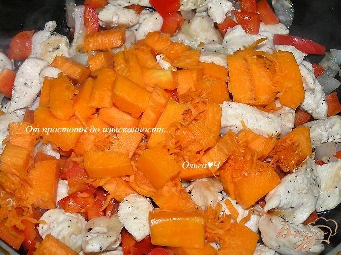 Фото приготовление рецепта: Куриное филе с перцем и тыквой шаг №4