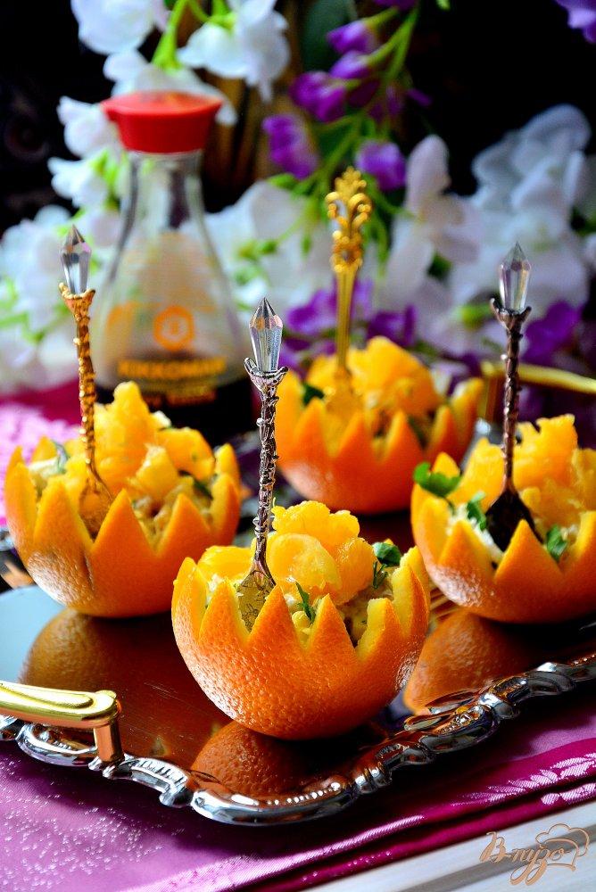 Фото приготовление рецепта: Пикантный салат в апельсиновой корзиночке шаг №10