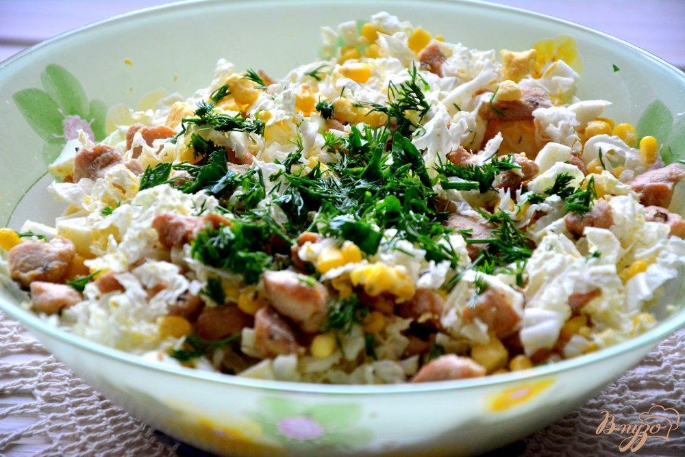 Фото приготовление рецепта: Пикантный салат в апельсиновой корзиночке шаг №8